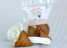 עוגיות מזל עם מסרים אישיים, כולל שם החתן והכלה ותאריך האירוע.