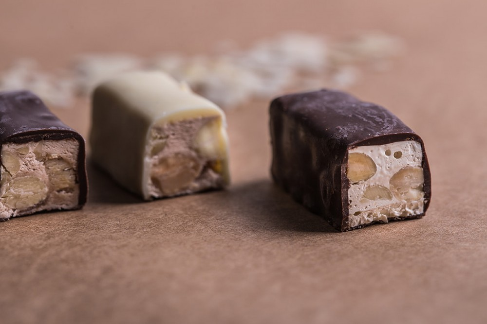 נוגט עם שברי שקדים ושוקולד